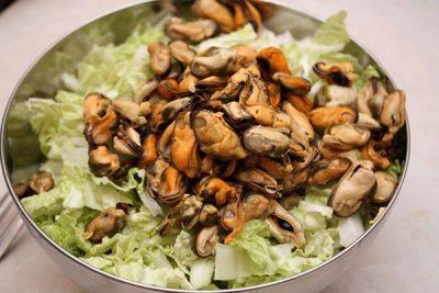 Овощной салат с мидиями